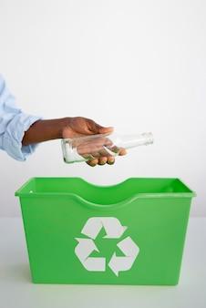 Giovane donna che ricicla per un ambiente migliore