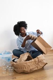 Молодая женщина, занимающаяся переработкой отходов для улучшения окружающей среды