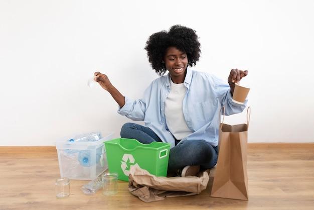 より良い環境のためにリサイクルする若い女性