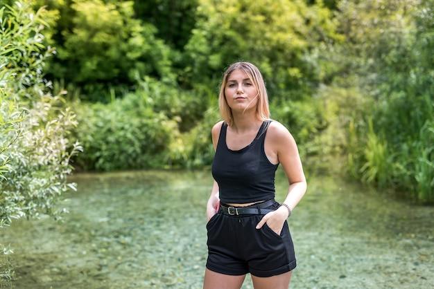 Молодая женщина расслабиться и провести время на природе