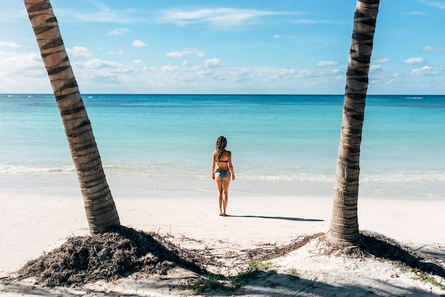 젊은 여성이 해변에서 휴식. 휴일 개념.