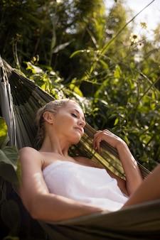 야외 스파 호텔에서 휴식을 취하는 젊은 여성