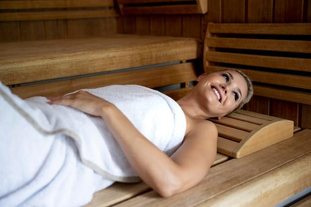 스파 호텔에서 휴식을 취하는 젊은 여성