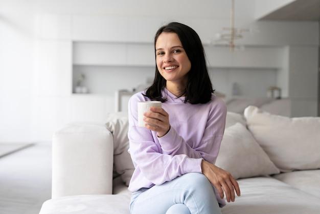 一人で家でリラックスする若い女性
