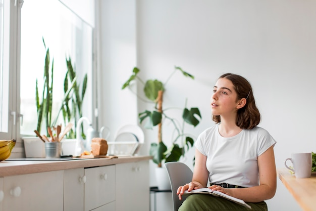 Молодая женщина, расслабляющаяся дома