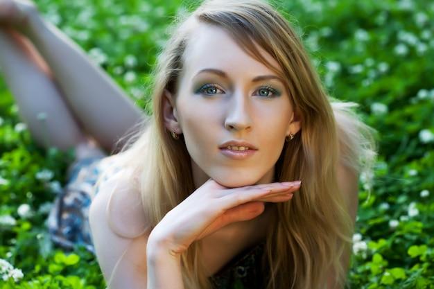 공원에서 편안한 젊은 여자