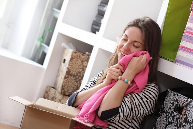 Giovane donna che si rilassa a casa