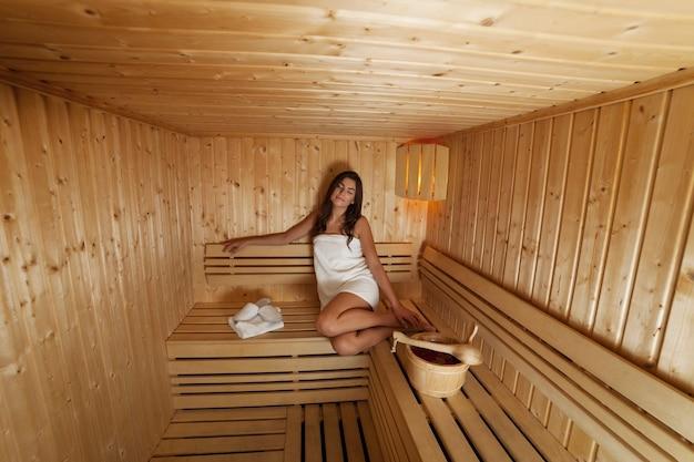 Молодая женщина, расслабляющаяся в сауне
