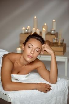 Молодая женщина расслабиться в спа-салоне.