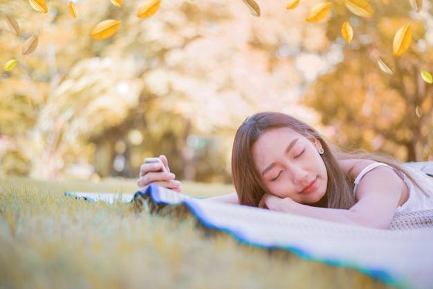 자연 공원에서 편안한 젊은 여자. 가 시즌에 휴가입니다.