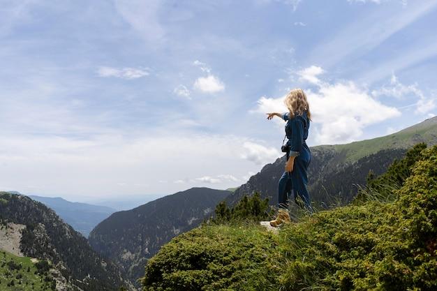 Молодая женщина, расслабляющаяся на природе