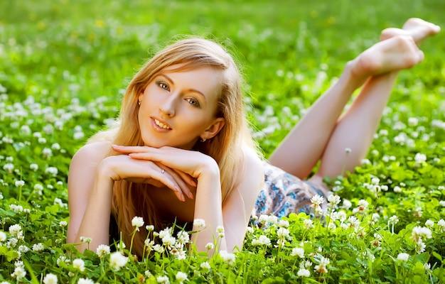 若い女性が笑顔で屋外でリラックス