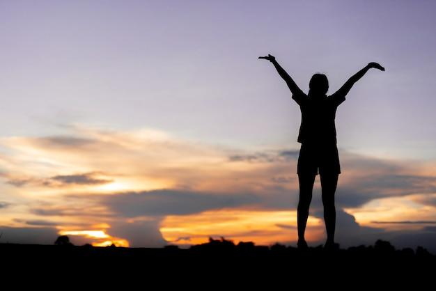 屋外の聖霊降臨祭の空をリラックスした若い女性。