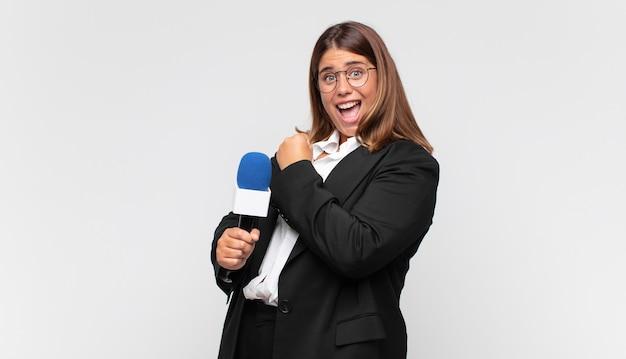 Молодая женщина-репортер чувствует себя счастливой, позитивной и успешной, мотивированной, когда сталкивается с проблемой или празднует хорошие результаты