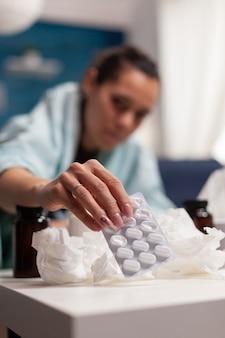 집에서 바이러스 증상으로 쉬고 있는 젊은 여성