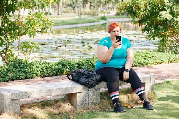 공원에서 휴식하는 젊은 여자