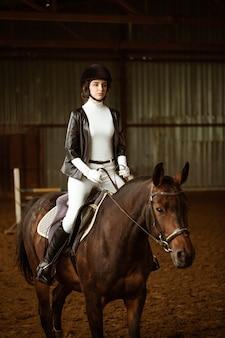 馬場馬術の若い女性ライダーは、競争中の馬の抽象的なショットかわいい女の子の騎手si ...