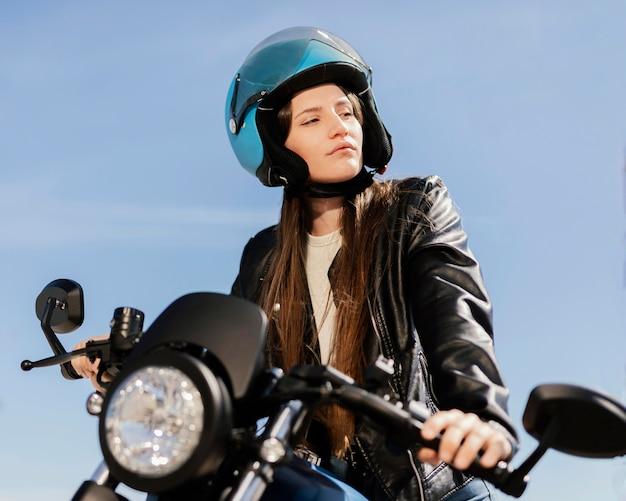 若い女性がバイクに乗る
