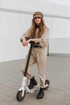 Молодая женщина на электросамокате