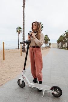 전기 스쿠터를 타고 젊은 여자