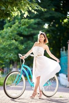 Молодая женщина, езда на велосипеде