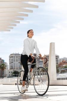 Giovane donna in sella a una bicicletta