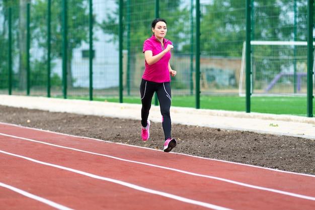 若い女性ランナーの屋外トレーニング