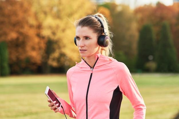 早朝に走っている若い女性