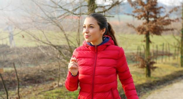 Молодая женщина работает в осеннем парке
