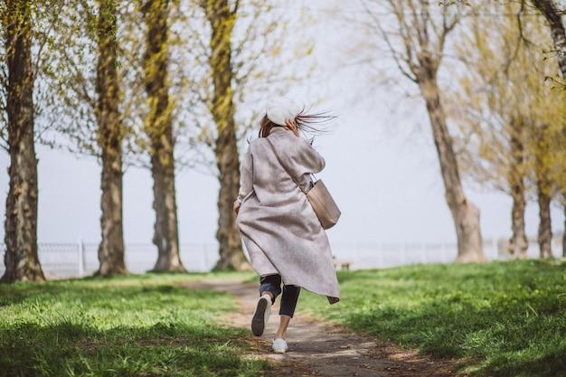 Молодая женщина работает в парке