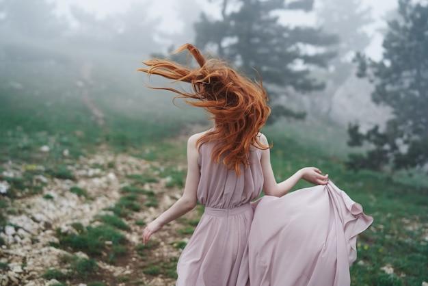 森の中を走っている若い女性