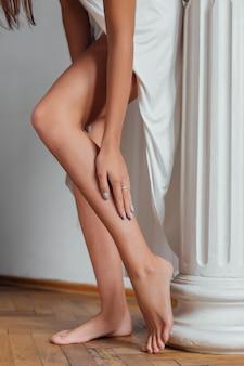 Ноги молодой женщины с гладкой кожей после лазерной депиляции