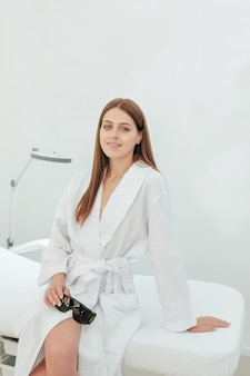 Портрет молодой женщины в клинике косметологии и красоты