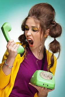 電話で叫んでいる若い女性