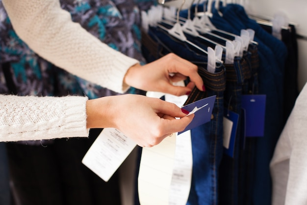 젊은 여성 판매자 접착제 가격 상품 - 아동복