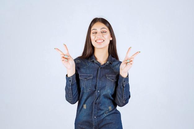 Молодая женщина посылает миру и дружбу