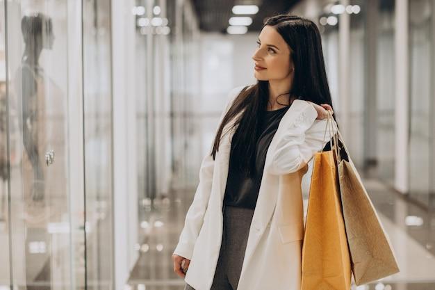 ショッピングモールで買い物をする若い女性