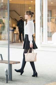 Молодая женщина, шоппинг в сибуя (токио, япония)