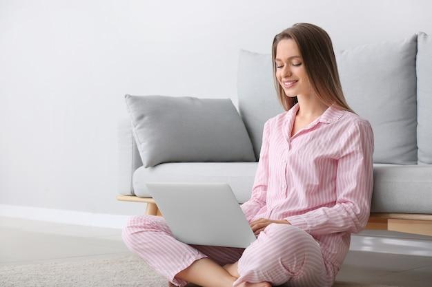 若い女性が自宅でオンライン ショッピング