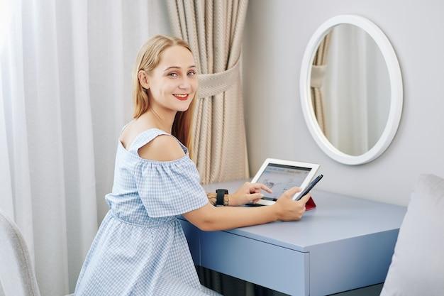 若い女性のオンラインショッピング