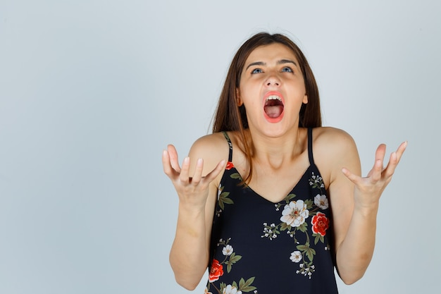 Giovane donna che grida, scontenta di domande stupide
