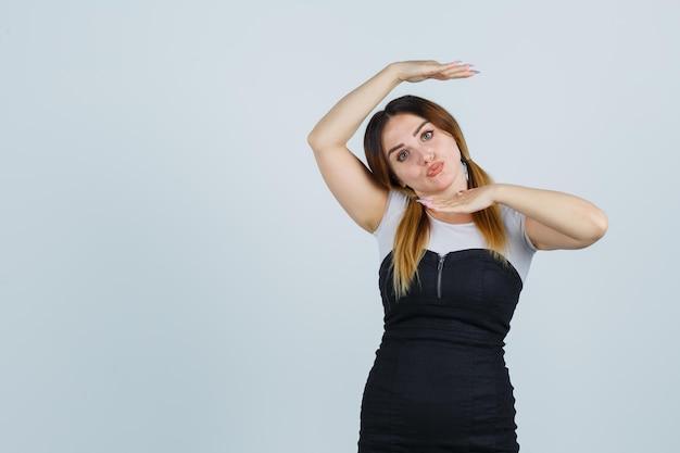 Молодая женщина, показывающая танцевальный жест