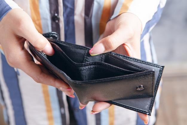 젊은 여성이 보여주는 빈 지갑