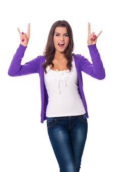 하드 록 손 기호를 보여주는 젊은 여자