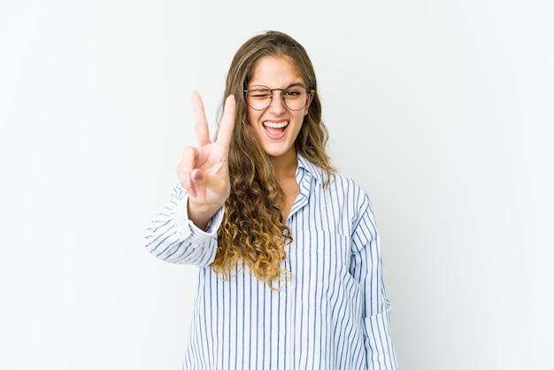 指で2番目を示す若い女性