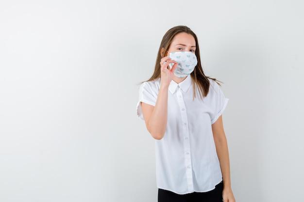 Giovane donna che mostra gesto di silenzio