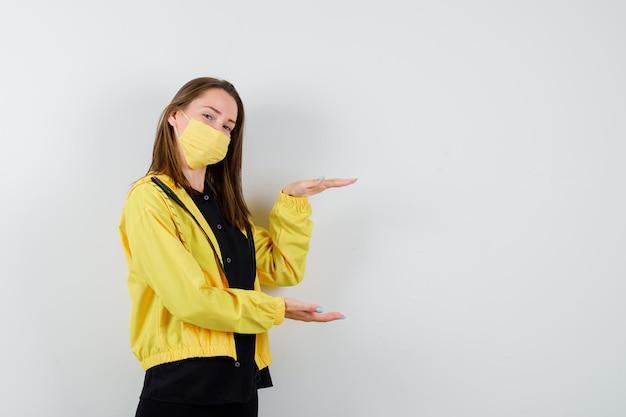 Giovane donna che mostra gesto di taglia