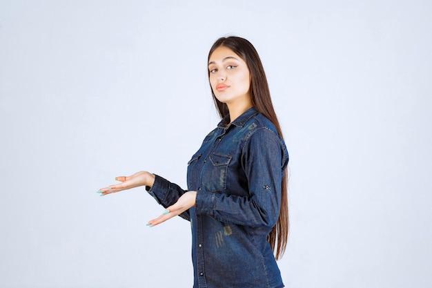 그녀의 손에 뭔가 보여주는 젊은 여자