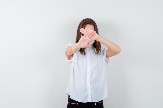 Giovane donna che mostra il gesto di arresto