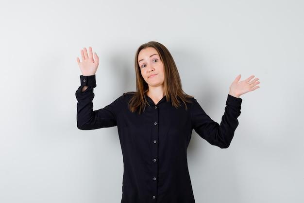 Giovane donna che mostra gesto di resa